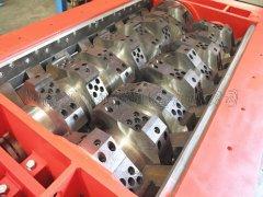 双轴撕碎机的优势表现在对物料具有较强的通用性能